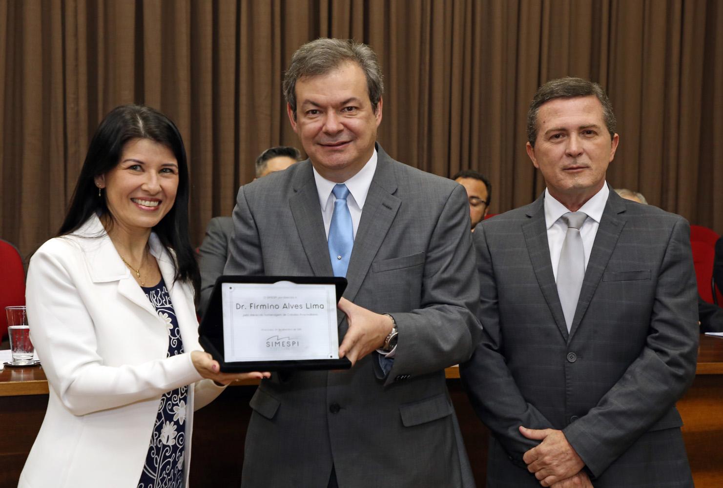 Simespi homenageia juiz do trabalho Firmino Alves Lima